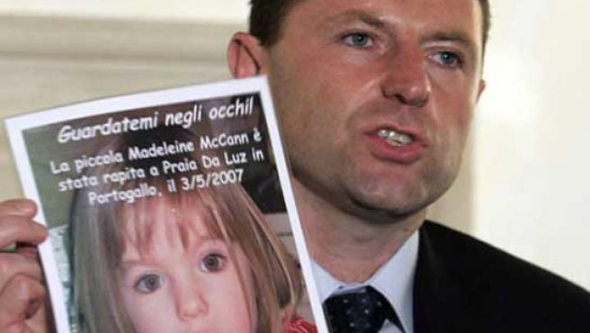 Gerry McCann muestra una foto de Madeleine durante una rueda de prensa en Roma.