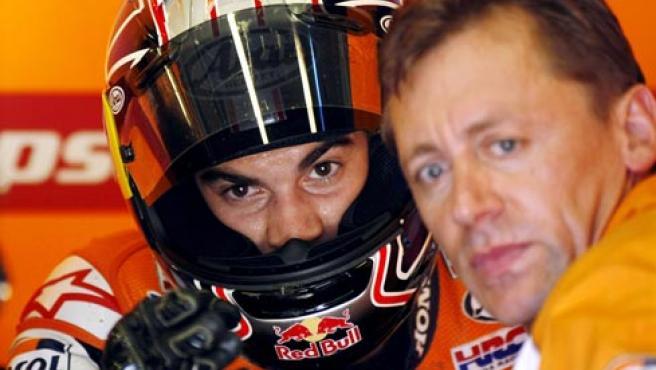 El piloto español de MotoGP, Dani Pedrosa (i), del equipo Repsol Honda habla con un técnico del equipo durante un entrenamiento libre para el Gran Premio de Japón. (EFE)