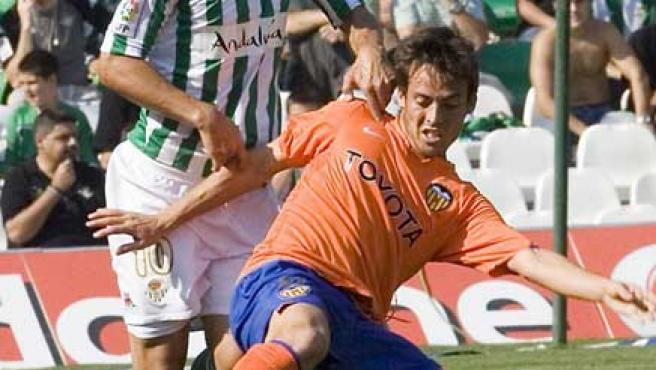 Silva cae ante un jugador del Betis (EFE).