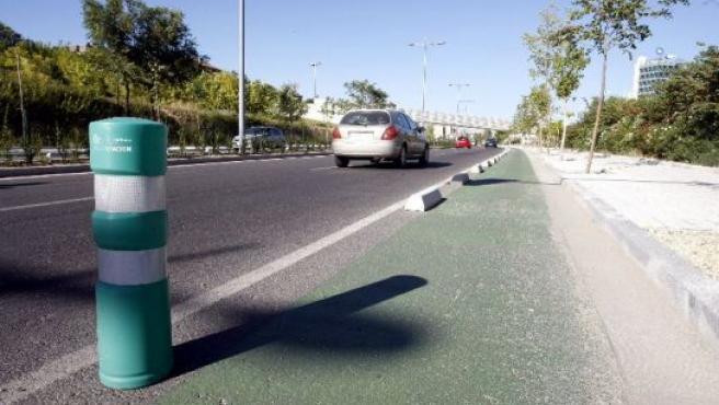 Este pivote evita que los coches se coman los bordillos del carril bici.
