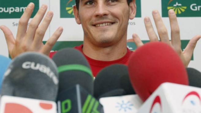 El portero del Real Madrid Iker Casillas compareciendo ante los medios tras firmar su acuerdo con Groupama (Alvarado/EFE).