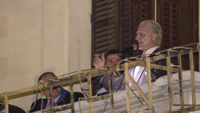 El actor Toni Albà caracterizado como el Rey durante el pregón de las fiestas de El Prat. (Miquel Taberna)