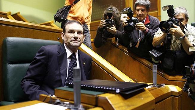 Juan José Ibarretxe antes de comenzar la sesión en el Parlamento de Vitoria.