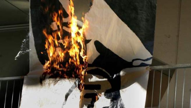 El cartel con la imagen del rey en llamas en la Universidad de Barcelona (EFE)