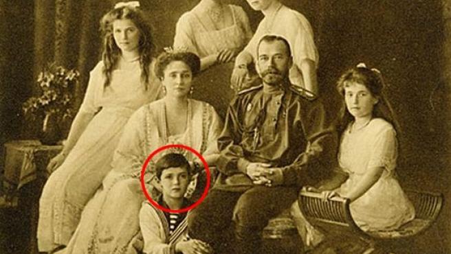 La familia del zar Nicolás II, con el príncipe Alexei a los pies.