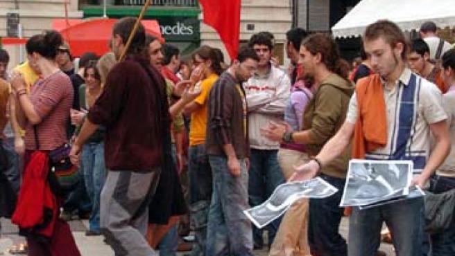 Setenta independentistas radicales queman fotocopias de la foto del Rey en LLeida. Ana Girón / EFE