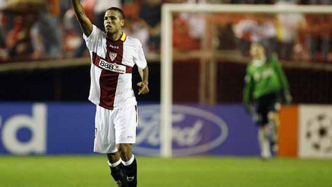 Luis Fabiano celebra uno de sus goles en el Pizjuán. (Reuters)