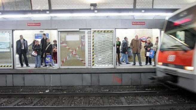 Puertas en el andén de uno de los ferrocarriles en Cataluña. (ARCHIVO)