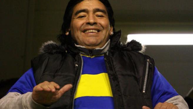 El ex jugador de fútbol Diego Armando Maradona alienta al Boca Juniors en un partido (Efe).