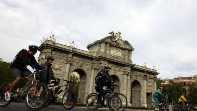 """Ahí está, ahí está viendo pasar las bicis, la Puerta de Alcalá"". (JORGE PARIS)"