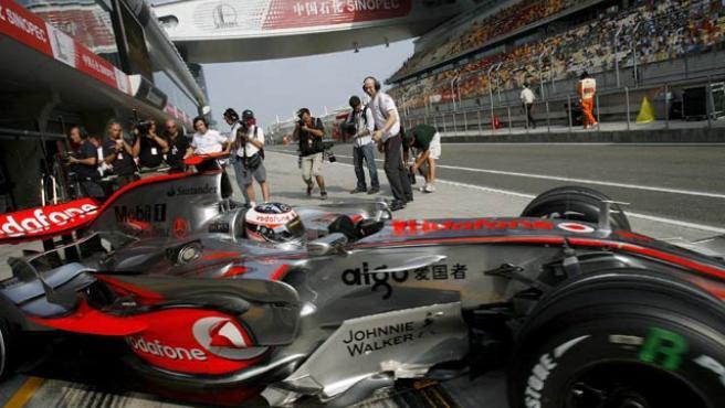 Fernando Alonso sale del garaje durante los entrenamientos libres del Gran Premio de China. (DIEGO AZUBEL / EFE)