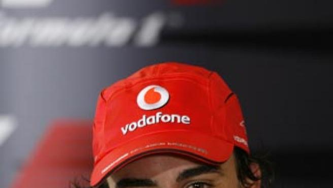 Alonso sonríe en rueda de prensa. (EFE)