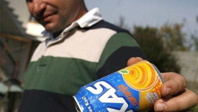 La lata de refresco con la cola del ratón asomando. Salvador Sas / EFE.