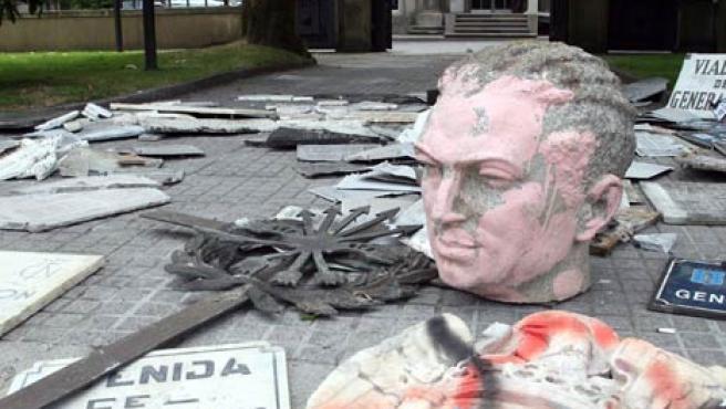 Símbolos franquistas tirados a la entrada de la sede del Gobierno gallego. (M.G)