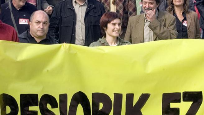Los dirigentes de la ilegalizada Batasuna durante la manifestación que ha recorrido el centro de San Sebastián para protestar por las últimas detenciones de dirigentes abertzales.