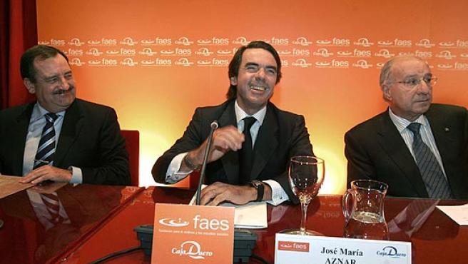 El ex presidente del Gobierno José María Aznar junto con el alcalde de Salamanca, Julián Lanzarote (PP), y el presidente de Caja Duero, Julio Fermoso, antes del comienzo de la conferencia.