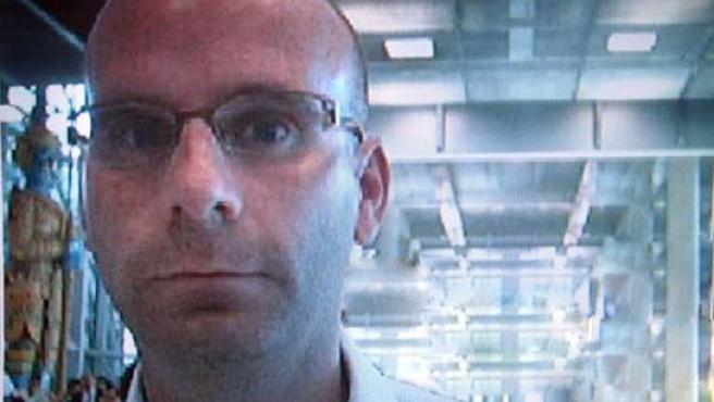 Imagen de una cámara de seguridad del aeropuerto de Bangkok que sirvió a la Interpol para identificar al pederasta. (REUTERS).