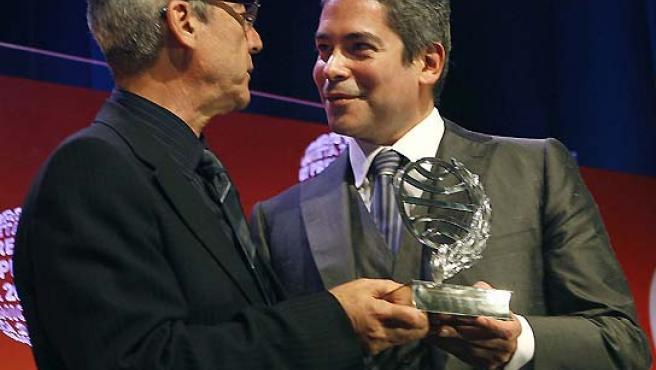 Millás e Izaguirre, ganador y finalista respectivamente, en la LVI edición del premio Planeta. (Toni Garriga / EFE).
