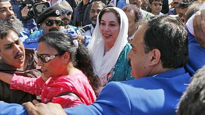 Benazir Bhutto recibida por miles de personas a su regreso a Pakistán.