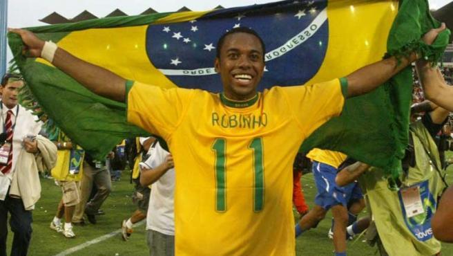 El brasileño Robinho celebraba con la bandera de su país el triunfo en la final de la Copa América. (REUTERS)