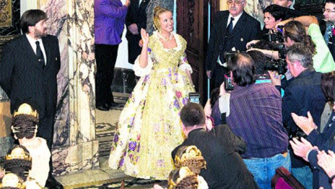 Gloria Martínez y la niña Victoria Blázquez tuvieron ayer el primer acto de su reinado (Paco Llopis).
