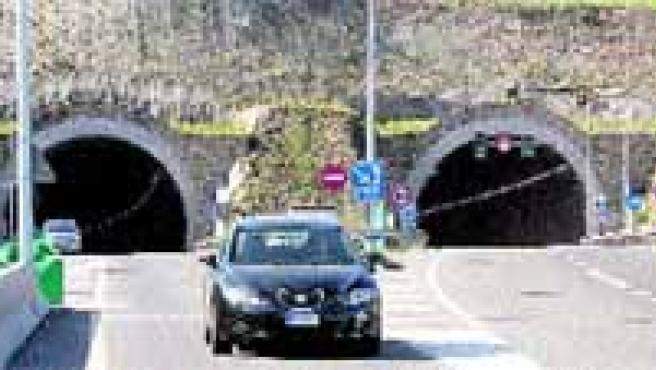 El contraste mayor entre la circulación en el túnel de Eirís y la avenida de Alfonso Molina se aprecia sobre todo en hora punta.