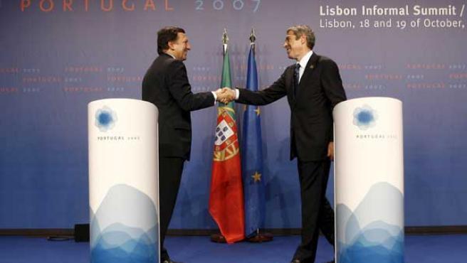 El primer ministro portugués José Socrates estrecha la mano del presidente de la Comisión Europea, José Manuel Durão Barroso. EFE