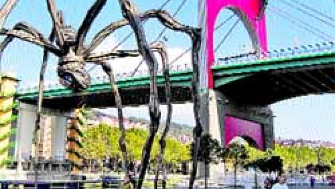 La araña bajo el arco, dos de las obras que albergan los dominios exteriores del Museo Guggenheim.(R.B.)
