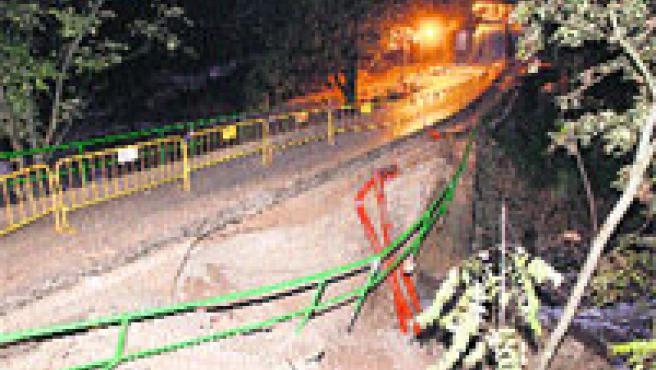 El lateral de un puente de Vallada que cruza el barranco de la Saraella se vino abajo por la lluvia (Pau Benlloch / EFE).