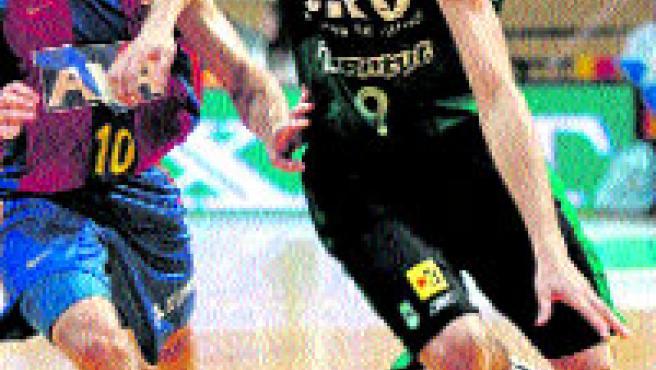 Ricky Rubio se lleva el balón ante el azulgrana Lakovic. (EFE)