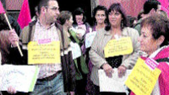 El personal de administración y servicios de Inspección de Trabajo de A Coruña salió para protestar por las malas condiciones laborales y los bajos sueldos (M. F.).