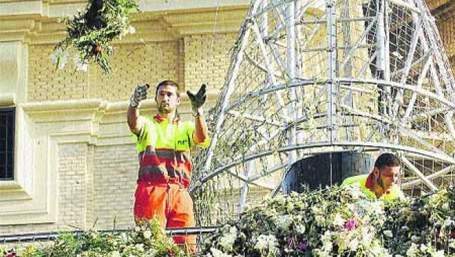 Operarios de FCC se afanaron durante la mañana de ayer para retirar los más de diez millones de flores.(F.S.)