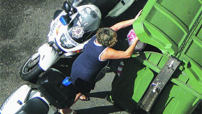 Mª Rosa Doallo muestra cómo tiene que tirar la basura en Celso Emilio Ferreiro.