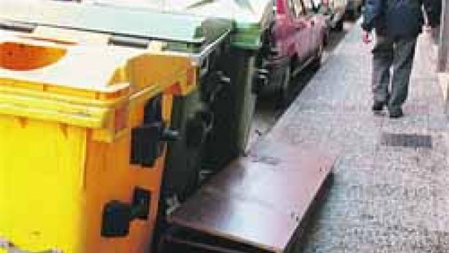 Cajas y muebles desmontados pueblan las calles Bolivia y Quinto de Ebro, donde el tendido eléctrico es obsoleto.