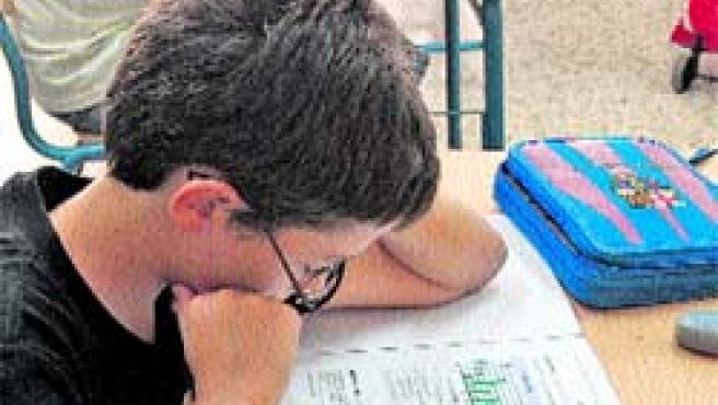 Un alumno del colegio Pablo Picasso, ayer, enfrentándose a la prueba de Matemáticas.(C.J.)
