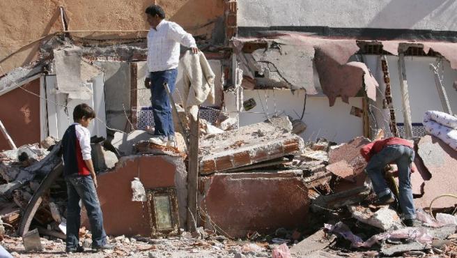 Vecinos de la Cañada Real buscan entre los escombros.