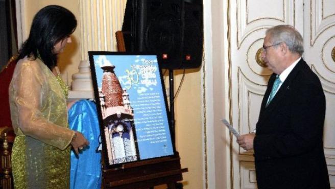 El presidente de Melilla, Juan José Imbroda y la consejera de Cultura, Simi Chocrón, tras dar a conocer el nombre del ganador.LAUREANO VALLADOLID / EFE