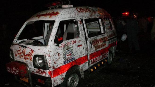 Una ambulancia averiada y con rastros de sangre situada en el lugar de una de las dos explosiones.