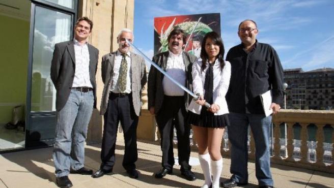 La actriz Sakoto y el director del Festival, José Luis Rebordinos, posan entre otros en la presentación del mismo.