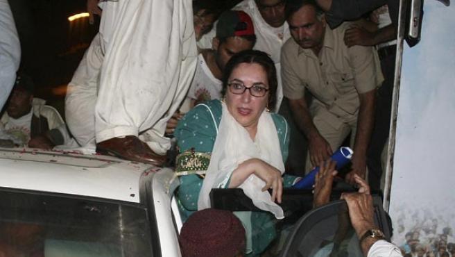 Benazir Bhutto es sacada de un autobús blindado momentos después de las dos explosiones.