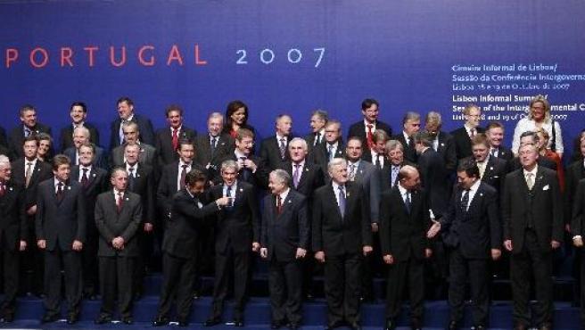 Fotografía de familia de los jefes de Estado y Gobierno de los 27 países de la UE durante la cumbre de Lisboa (EFE).