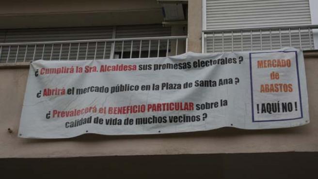 Las pancartas que lucen en los balcones de la calle Medina Sidonia aportan un recuerdo indeleble del levantamiento vecinal. JOSÉ GARCÍA