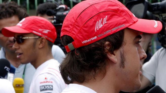 El piloto español de Fórmula Uno, Fernando Alonso (d), de McLaren Mercedes, y su compañero, el británico Lewis Hamilton. (KERIM OTKEN / EFE)