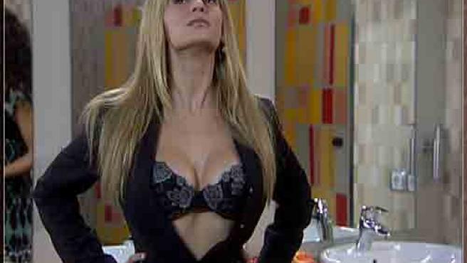 En una de las escenas de la serie Bárbara muestra sus pechos para conquistar. (KILIOK )