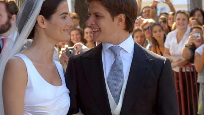 Él vestía con un diseño de Lorenzo Caprile y ella iba con un vestido del diseñador Miguel Palacio. (EFE / JARO MUÑOZ)