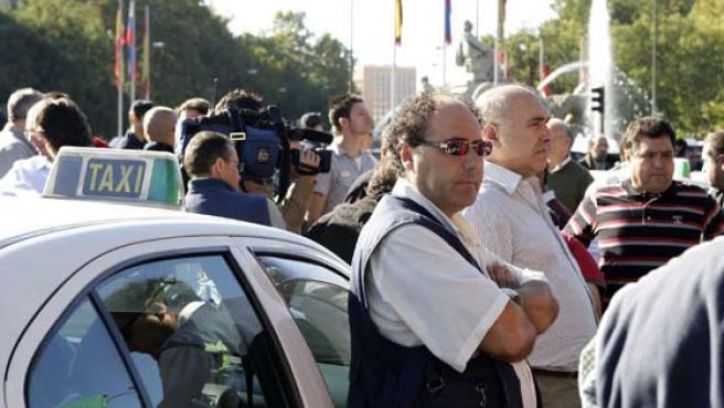 Decenas de taxistas se concentraron este sábado junto a la Plaza de la Cibeles, en Madrid.(EFE / ALBERTO MARTÍN)