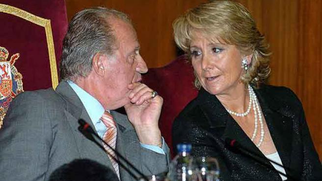 Don Juan Carlos y la presidenta de la Comunidad de Madrid, Esperanza Aguirre charlan en un acto oficial. (ARCHIVO)