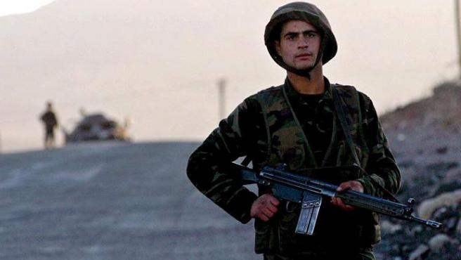 Un soldado turco patrulla en la frontera entre Turquía e Irak. (EFE)