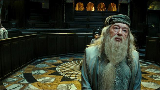 Harry junto a Dumbledore en una escena de la película.