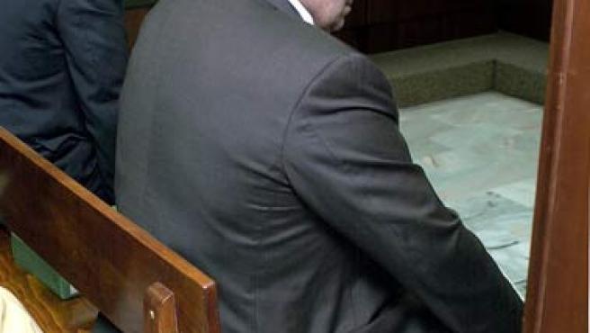 Jesús Gil y su hijo Miguel Ángel Gil Marín sentados en el banquillo de los acusados en noviembre de 2002. (EFE)